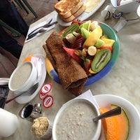 Foto scattata a Au Petit Cafe Restaurant Chez Denise da Elizabeth B. il 6/14/2014