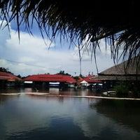 Photo taken at Hua Hin Sam Phan Nam Floating Market by Googai T. on 5/30/2013