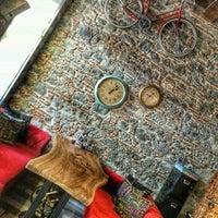 8/17/2015 tarihinde Sevda A.ziyaretçi tarafından Yolo Art & Lounge'de çekilen fotoğraf