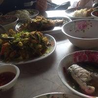 Photo taken at Pla Yai Restaurant by Kaew_SKB🐵รักในหลวง on 10/24/2016