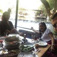 รูปภาพถ่ายที่ Yuvarlakçay Çınar Restaurant&Butik Otel โดย Öykü เมื่อ 9/24/2017