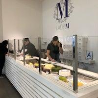 Das Foto wurde bei Lady M Cake Boutique von Dhawal L. am 4/20/2018 aufgenommen