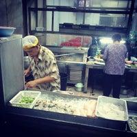 Photo taken at เฮง ข้าวต้มหัวปลา by อำนาจ ศ. on 6/6/2013