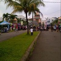 Photo taken at Pasar kaget juanda depok by Yuli B. on 4/21/2013