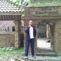 Photo taken at Makam sunan geseng,pakah-tuban by Hobby Akhbar S. on 2/13/2015