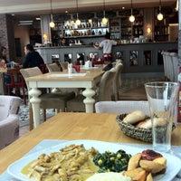 4/28/2013 tarihinde Meralziyaretçi tarafından Kule Cafe & Brasserie'de çekilen fotoğraf