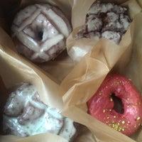 Foto tirada no(a) Blue Star Donuts por Carissa G. em 6/15/2014