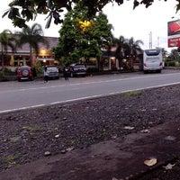 Photo taken at Rumah Makan & Mie Baso SR by Fandy I. on 4/18/2013