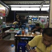 Photo taken at ก๋วยเตี๋ยวอ้วนโภชนา นครปฐม by suppat c. on 10/5/2016
