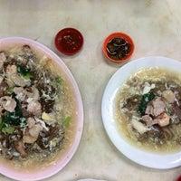 Photo taken at Koh Low Sar Hor Fun (高佬沙河粉) by Hong Yang on 1/8/2014