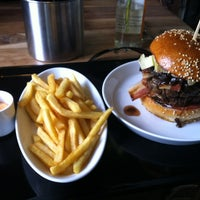 Photo taken at Richie'n Rose – Burger No.1 by Roman P. on 6/2/2013
