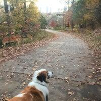 Das Foto wurde bei Freedom Park Trail at the Atlanta BeltLine von Miranda H. am 11/30/2017 aufgenommen