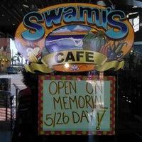 รูปภาพถ่ายที่ Swami's Cafe โดย James S. เมื่อ 5/25/2014