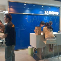 Photo taken at Samsung Mobile Plaza Gajah Mada by Hendric Chia K. on 7/26/2013