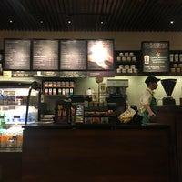 Foto tirada no(a) Starbucks Coffee por Coco em 8/26/2016
