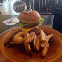 Photo prise au Rock Me Burger & Bar par Tony D. le10/15/2014