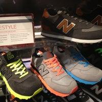 Foto tirada no(a) New Balance NYC Flagship Store por Billy B. em 11/18/2012