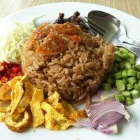 Photo taken at ดิโอเอซิส อาหารอิสลาม by ยุ้ย S. on 12/20/2012