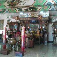 Photo taken at Kim Luan Temple 金鑾御苑 by Gel J. on 4/7/2014