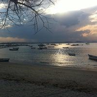 Foto tirada no(a) Praia de Manguinhos por Paulo M. em 7/19/2013
