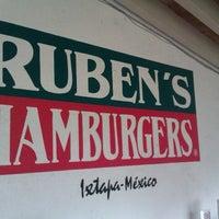 Das Foto wurde bei Ruben's Hamburgers von Yoshimi 1. am 9/26/2012 aufgenommen