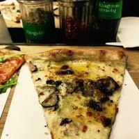 Photo prise au Pizza Me #3 Fashion Street par Szilvi le10/31/2016