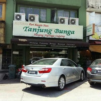 Photo taken at Restoran Tanjung Bunga by Ling on 3/27/2016