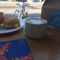 Foto tomada en General Porpoise Coffee & Doughnuts por Stephanie C. el 7/29/2017
