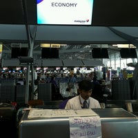 Photo taken at Malaysia Airlines (MH) Check-In Area by ♤ ↝🌸 ∂√ο⊃Ι∩🌸↜ ♤. on 9/14/2016