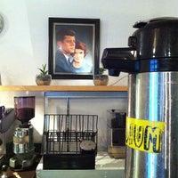 รูปภาพถ่ายที่ East Village Café โดย Paola A. เมื่อ 5/25/2013