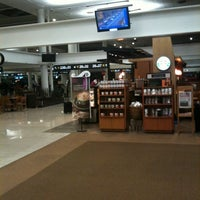 Foto diambil di Starbucks oleh sebastian g. pada 5/7/2012
