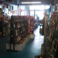 Foto tirada no(a) Floating World Comics por AJ. R. em 6/19/2013