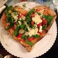 Foto tomada en Gusta Pizza por Ali C. el 10/28/2013