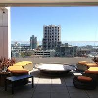 6/10/2013 tarihinde Jeffrey N.ziyaretçi tarafından Andaz Rooftop Lounge'de çekilen fotoğraf