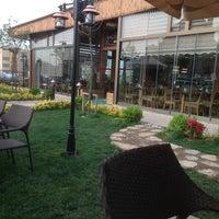 Das Foto wurde bei Alya Garden Restaurant Cafe von Murat E. am 5/17/2013 aufgenommen