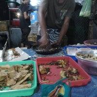 Photo taken at Spesial Sambal Bawang Mas Kobis by Ratna Permata S. on 4/23/2013