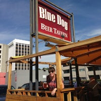 Photo prise au The Blue Dog Beer Tavern par Ross P. le2/16/2013
