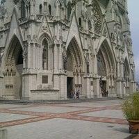 Foto tomada en La Basílica Del Voto Nacional por Santiago C. el 10/21/2012