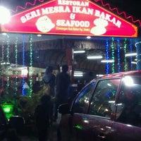 Photo taken at Seri Mesra Ikan Bakar & Seafood by Ita D. on 2/4/2012