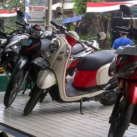 Photo taken at Bengkel Resmi Honda Rawa Bebek by Agung F. on 8/18/2013
