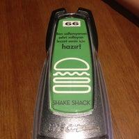 7/6/2014 tarihinde Haso Kaptan53ziyaretçi tarafından Shake Shack'de çekilen fotoğraf