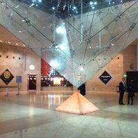 Foto tirada no(a) Pyramide Inversée du Carrousel por Alvaro C. em 11/7/2013