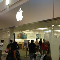Photo taken at Apple Florida Mall by Henrique F. on 2/6/2013