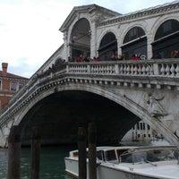Foto tomada en Ponte di Rialto por Katie F. el 4/1/2013