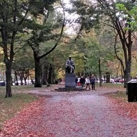 Foto tirada no(a) Commonwealth Avenue Mall por Julian M. em 10/30/2012