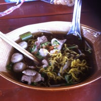 Photo taken at ก๋วยเตี๋ยวเรือ by Koy P. on 9/27/2013