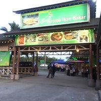 Photo taken at Restoran Aroma Ikan Bakar, Jeram Kuala Selangor by Nurul F. on 5/20/2017