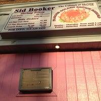 Foto tomada en Sid Booker's Famous Shrimp por Sharyn F. el 12/22/2012