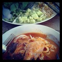 Photo taken at ขนมจีนเส้นขาว by wirada l. on 2/5/2013