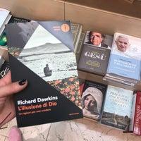 Photo taken at Libreria Mondadori by Bella 🌻 on 5/21/2017